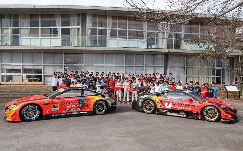 """ARTAのGTマシン2台と3選手がもてぎ近郊の芳賀南小学校を訪問。""""夢の実現""""をテーマに特別授業を行うの画像"""