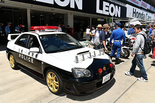 鈴鹿大会の決勝前に三重県警察の白バイとパトカーがGTマシンとパレード ...