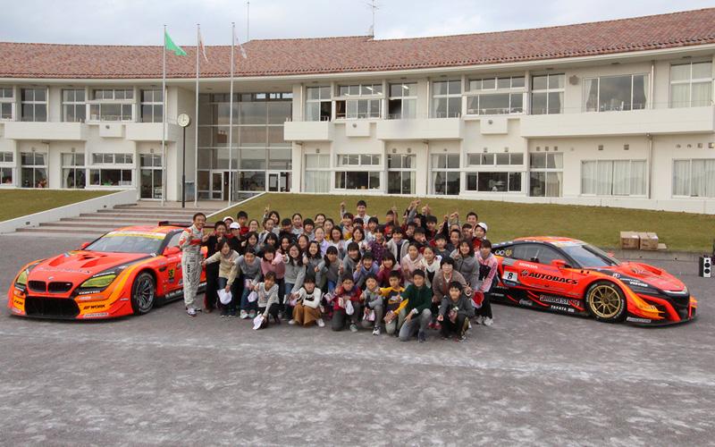 最終戦を終えARTAの3選手がGTマシンを携えて栃木の芳賀北小学校を訪問の画像