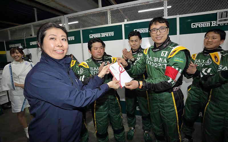 """2019年第1戦の""""ZF Award""""は、GT300クラス No.52 埼玉トヨペット Green Braveが受賞の画像"""