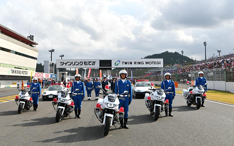 最終戦もてぎにおいて栃木県警察の白バイ、パトロールカーがGTマシンとパレードして交通安全を呼びかける の画像