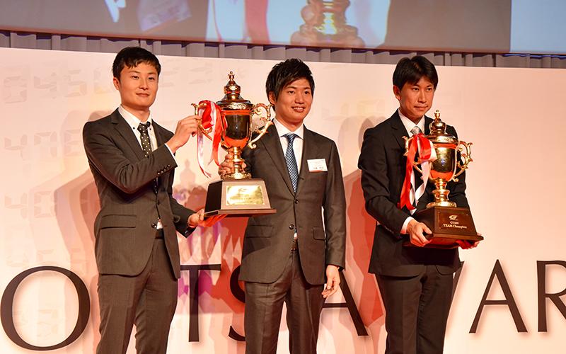 2019年チャンピオンがJAFモータースポーツ表彰式でJAFチャンピオン杯を授与されるの画像